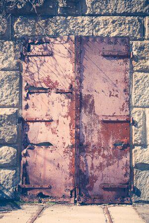 suspenso: Una antigua puerta de hierro est� oxidado a cabo en un antiguo fuerte militar. Foto de archivo