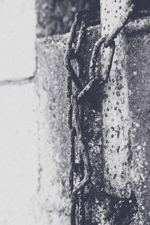 suspenso: Detalles de una antigua cadena oxidada en un fuerte militar. Foto de archivo