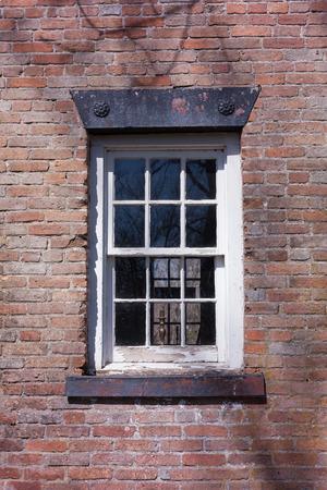 suspenso: Una ventana con paneles de vidrio en una casa de ladrillo.