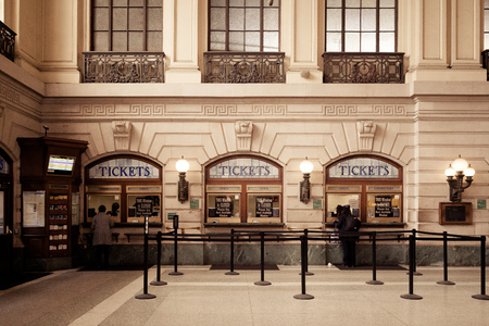 APRIL 11, 2016 - Hoboken, NJ:  Commuters purchase tickets inside the famous Hoboken Terminal. 新闻类图片