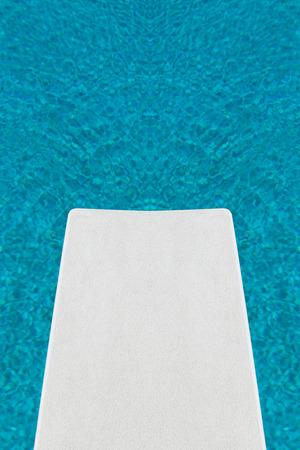 springboard: Una vista única desde un trampolín con vistas a una piscina azul nítido.