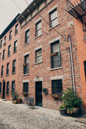 Una entrada de piedra rojiza en Hoboken, Nueva Jersey. Foto de archivo