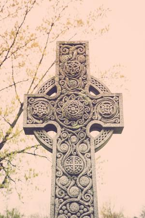 Una lapide croce celtica con dettagli ornati in un vecchio cimitero. Archivio Fotografico - 78066027