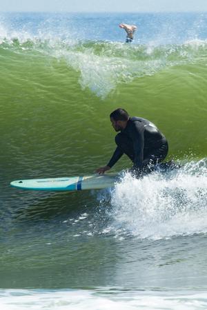 DEAL, NEW JERSEY - 13 septembre 2017: les surfers absorbent le dernier été et apprécient les houle de Hurricane Jose Banque d'images - 85918775