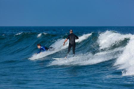 DEAL, NEW JERSEY - 16 septembre 2017: Les surfeurs apprécient le surf, le surf rugueux créé par la tempête tropicale Jose Banque d'images - 86342611