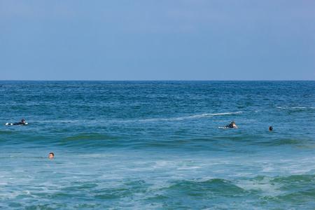 DEAL, NEW JERSEY - 16 septembre 2017: Les surfeurs apprécient le surf, le surf rugueux créé par la tempête tropicale Jose Banque d'images - 86342618