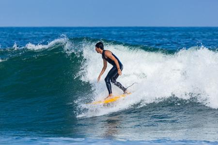DEAL, NEW JERSEY - 16 septembre 2017: Les surfeurs apprécient le surf, le surf rugueux créé par la tempête tropicale Jose Banque d'images - 86342636
