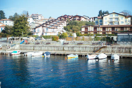 Popular row houses on the shores of Lake Maggiore, in front of the harbor Stockfoto