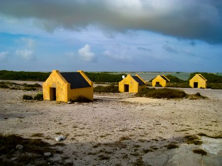 Slave huts built on the southwest coast of Bonaire in the 1850s near Bonaire's Salt Lake. Most slaves worked the salt flats, while others were forced to cultivate maize or cut dyewood. Standard-Bild