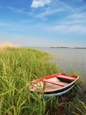 小さなボートで海岸ドイツ bodden 写真素材