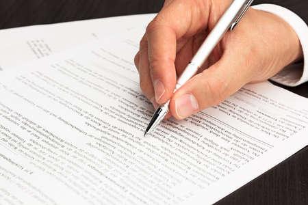 firmando: Documento del contrato firmado con la mano y la pluma Foto de archivo