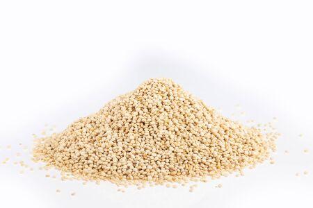 Semillas de quinua blanca - Chenopodium quinoa. Fondo blanco