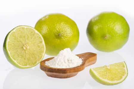 The lemon mixed with baking soda is a simple remedy that brings great benefits to the body.