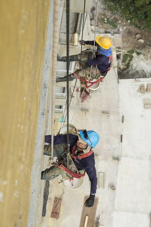 Working at height equipment. Fall arrestor device for worker with hooks for safety body harness 스톡 콘텐츠