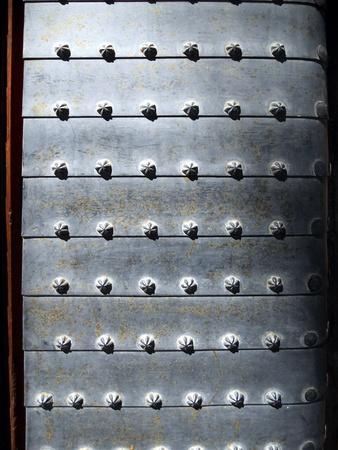 puerta de metal: Granada palacio puerta de metal, antigua puerta tachonada metal en el Palacio de la Alhambra, Granada, Espa�a Europa