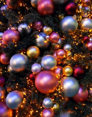 Moderní vánoční ozdoby, mnoho vánoční ozdoby moderního designu, různých velikostí, červené, stříbrné a zlaté