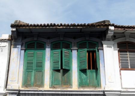 Shutters on Sino-Portugese huis, Penang, Oude groene luiken op een huis in Sino-Portugese stijl, Penang, Maleisië Redactioneel