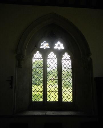 window church: antica chiesa finestra 5, piccola chiesa finestra in una Chiesa interiore 12 � secolo Archivio Fotografico