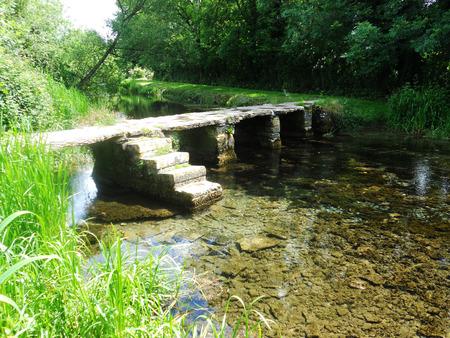 古代の石の橋 2、コッツウォルズ、英国の Eastleach で古代クラッパー橋