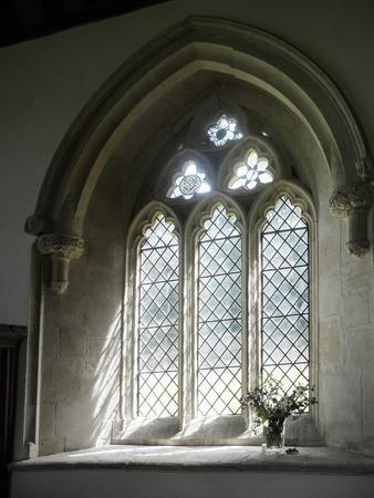 window church: antica chiesa finestra 4, una antica finestra in una piccola chiesa di Cotswold, St Martin Chiesa, Eastleach, Cotswolds, Gloucestershire, Inghilterra