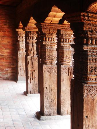 talla en madera: Talla de madera de Nepal, pilares de madera tallada en Katmandú