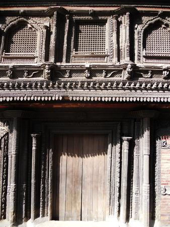 tallado en madera: Talla de madera de Nepal, de cerca de madera tallada en la arquitectura nepal�
