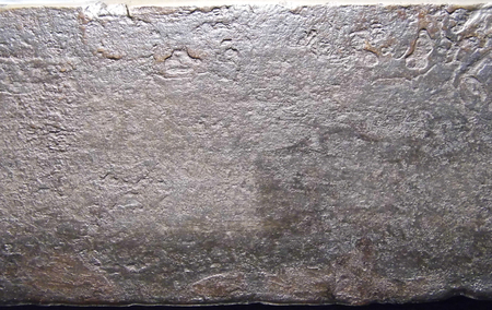 고르지 않은 거친 오래된 금속 표면, 주로 상단에 놋쇠 둥근 가장자리와 따뜻한 따뜻한 회색. 스톡 콘텐츠 - 84491530