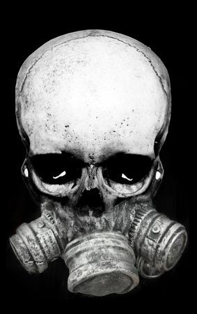 Concept d'Halloween avec fusion de crâne et masque à gaz, gris sur fond noir, monochrome. Banque d'images - 88119530