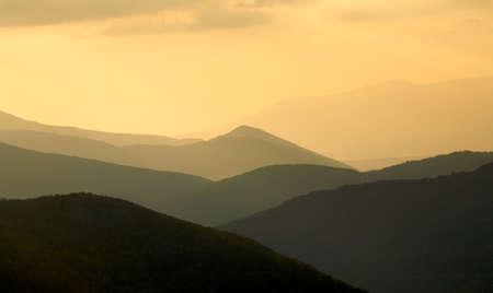 ridges: Creste della montagna al tramonto