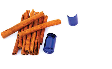 cinnamomum: Cinnamon sticks with essential oil bottles