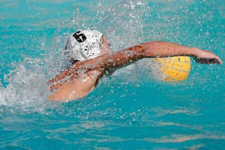 Waterpolo speler zwemmen voor de bal