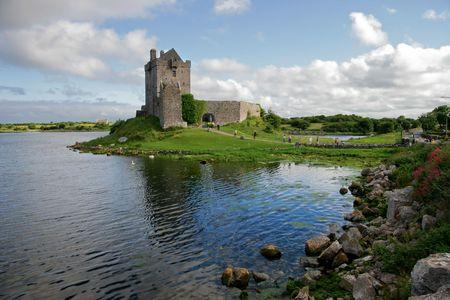 Vista de la Dunguaire Castillo, Kinvara Bay, Galway, Irlanda
