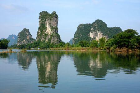 Colinas de piedra caliza se refleja en las aguas del río Li-, Yangshou, China
