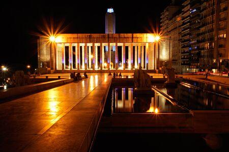夜、ロザリオ、アルゼンチンの都市の歴史的な旗記念碑 写真素材 - 9800100