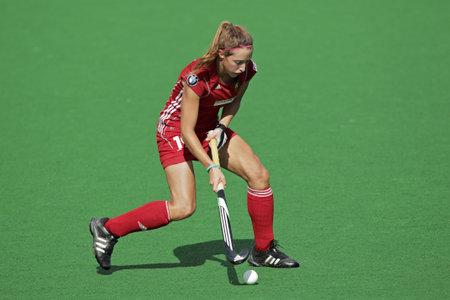 ブルームフォンテーン、南アフリカ共和国 - 2011 年 2 月 8 日 - 南アフリカ共和国とベルギーの女性フィールド ホッケーの試合中にアクションでベル