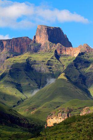 Drakensberg 산, 로얄 나 탈 국립 공원, 남아 프리 카 공화국의 원형 극장에서 센 티 날 피크 스톡 콘텐츠
