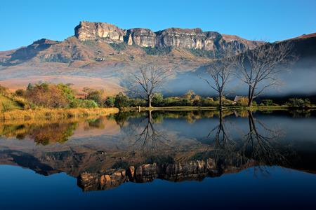 ロイヤル ナタル国立公園、南アフリカ、水で対称的に反射と砂岩山地 写真素材
