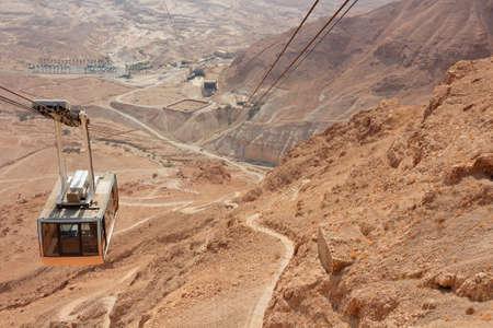 砂漠の風景、イスラエルのマサダ索道のケーブルカー