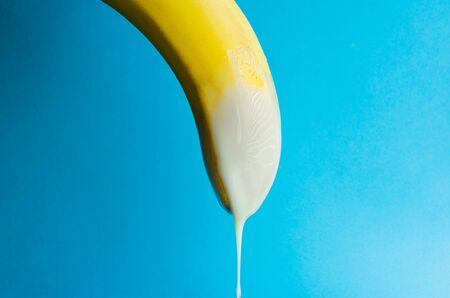 banana con latte condensato. concetto pene e sperma. Archivio Fotografico