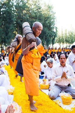 pis: Suphan Buri-enero de 2016: 1.131 monjes de Wat Phra Dhammakaya hacer una peregrinación en la tierra de Lotus: Phramongkolthepmuni Nataive Lugar: Amphur canción Pee Nong: la provincia de Suphan Buri