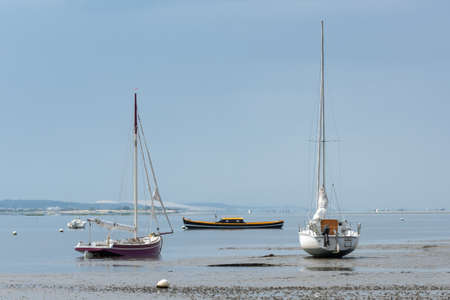 Arcachon Bay, France, boats at low tide in front of dune of Pilat Banque d'images - 103502911