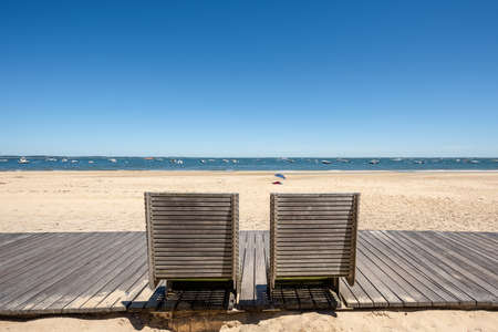 Arcachon, France, public boardwalk and public benches at seaside Banque d'images - 104593514
