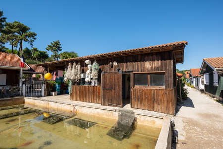 Arcachon Bay, France. Fishers house in the village of The Canon Banque d'images - 115285057