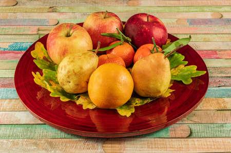 Plate of autumn fruits Banque d'images - 115335024