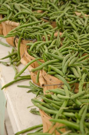 green beans: Cestas de frijoles verdes frescos