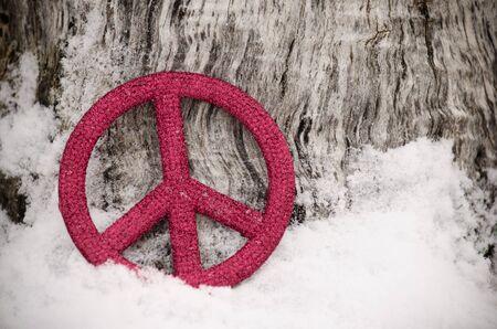 red peace sign in snow Archivio Fotografico