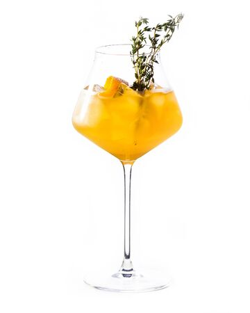 Cocktail aperol spritz isolated on white. Banque d'images