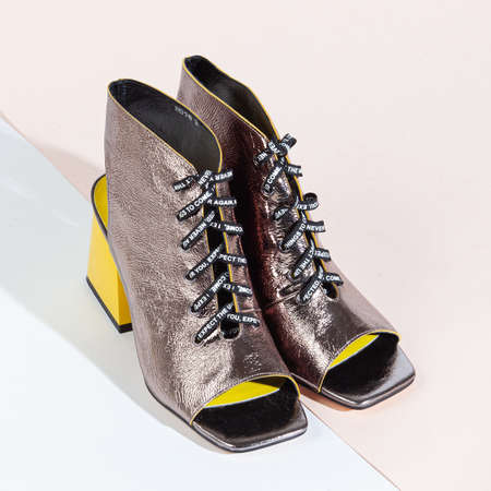 Woman shoes with long shadow on white background. 免版税图像