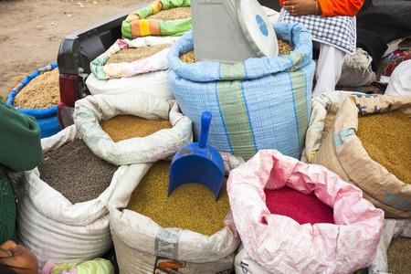 aliments: Les denr�es alimentaires dans plusieurs sacs sur le march�