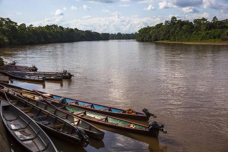 río amazonas: canoa de madera en el puerto del r�o Amazonas, Ecuador Foto de archivo